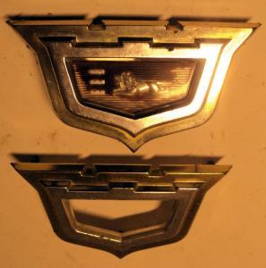 1960  Chrysler    emblem   (lite småskador på ramarna, ett  plastmärke)