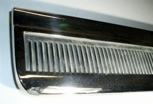 1964 Oldsmobile 98 4dr krom list höger bakskärm (litet skrapmärke)