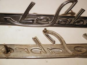 1963   Buick LeSabre   emblem (en pigg av)  (par)