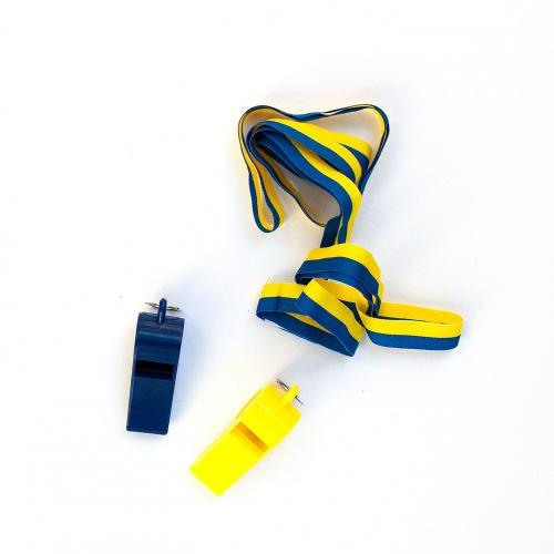 Två blå och gula små visselpipor i plast