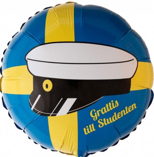 Rund folieballong med svenskaflaggan-motiv och en studentmössa med text grattis till studenten