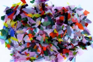 Flingor av 0.3 mm tjockt fusingglas blandade färger.