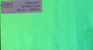Dichroiskt fusingglas 5x10 cm Crinkle Färg Emerald på svart botten.