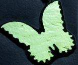 Dichroisk fjäril på svart glas. COE 90.