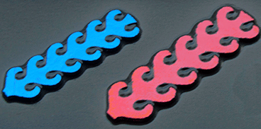 Dichroic CIRCUIT blå mörkröd. Stavarna är ca 7cm långa. På svart.