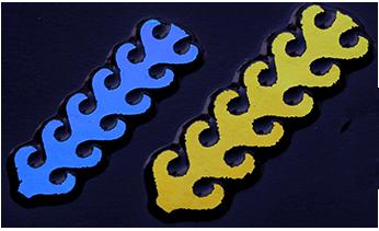 Dichroic CIRCUIT blå grön (det guldiga blir mer grönt). Stavarna är ca 7cm långa. På svart.