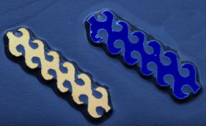 Dichroic CURRENT Gul Blå.  Stavarna är ca 6,5 cm långa. På svart glas