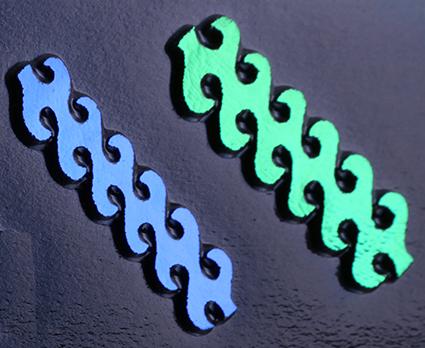Dichroic CURRENT Grön Blå.  Stavarna är ca 6,5 cm långa. På svart bottenglas