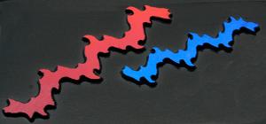 Dichroic Shock Electric röd blå. Stavarna är mellan 7 - 9 cm långa. På svart bottenglas COE 90