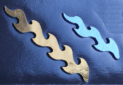 Dichroic Shockwave guld mörkblå. Stavarna är mellan 6 - 9 cm långa. På svart bottenglas. COE 90