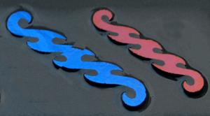 Dichroic Wavelength mörkröd blå. Stavarna är mellan 7 - 9 cm långa. På svart bottenglas, COE 90