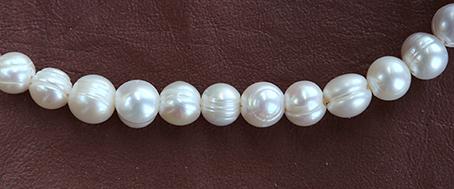 Odlad pärla vit 9-10 mm borrad. Strand om  20 -  21 pärlor
