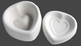 Ask med lock hjärtformad. Ca 9 cm i diameter.