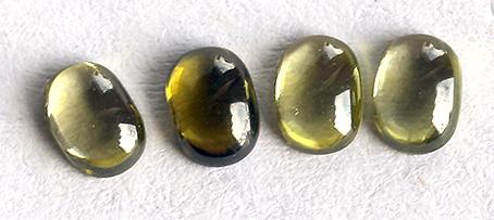 Zirkonia Olive 4st 3x4 mm cab. Priset är för 4 stycken.