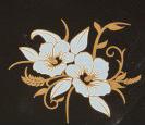 Dekal med guld och vitt , Hibiscus ca  3,5 x 4 cm. Bränns vid högre temperatur än de svarta.