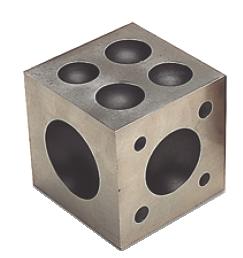 Formblock av stål 6x6x6 cm med 21 urtag. Största urtagaet är ca 43 mm.