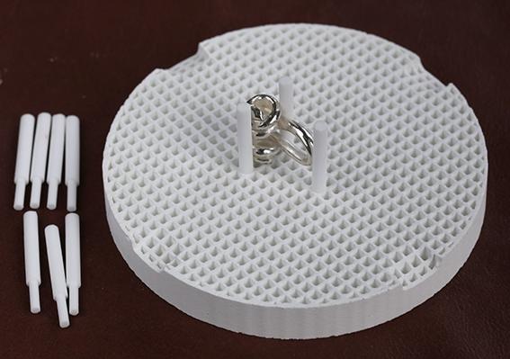 Lödunderlag 7,5 cm med 10 stödpinnar, allt i keramik