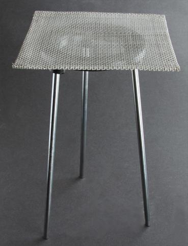 Treben med nät för emaljering med låga och lödning. Ca 23 cm högt. Nätet 15x15 cm.