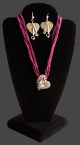 Skyltställ för halsband och örhängen. Svart sammet. Totalhöjd 25 cm