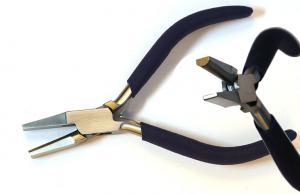 Tång med en halvrund insida och en platt. Underlättar när man skall böja en sarg eller tråd. Ingen stor tång.