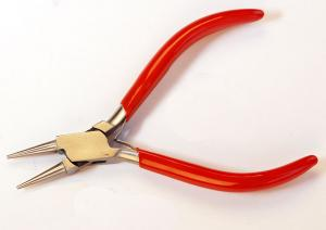 Rundtång i rostfritt stål med öppnande fjädrar i handtaget. 12,5 cm lång