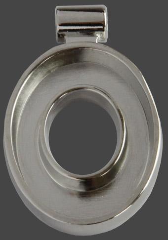 Hänge ovalt genombrutet, försilvrat. Ovalen är 35 x 28 mm