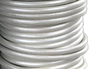 Läderrem 5mm rund metallic vit. Säljs per 20 cm.