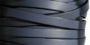 Läderrem 10 mm, 20cm Duvblå med svart kant. Platt ca 2mm tjock.