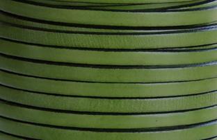 Läder 5 mm  grönt platt med svart kant. 20 cm. Ca 2mm tjockt. Priset är per 20 cm