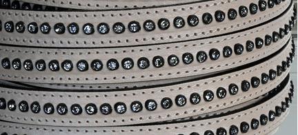 Läderrem 10 mm platt med kristaller, beige. Säljs per 20 cm