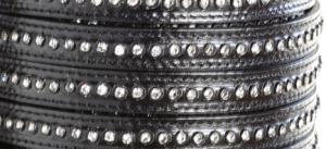 Läderrem 10 mm platt med kristaller, svart. Säljs per 20 cm