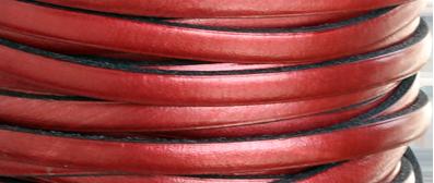 Läder 5 mm metallic röd, 20 cm. Ca 2mm tjockt. Priset är per 20 cm