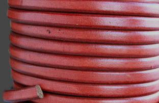 "Läderrem 10x6 mm ""Antik Röd"" . Regaliz. Pris per 20 cm."