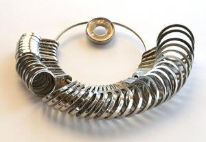 Fingermått av metall med svenska storlekar i diameterfrån 13 - 24 och tre till se nedan.
