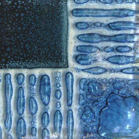 Artisan Mystic Blue som ger bubblor mellan glas
