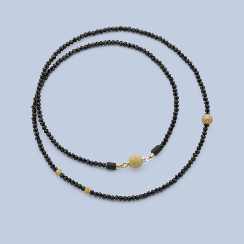 Halsband av svart spinell och gulddetaljer