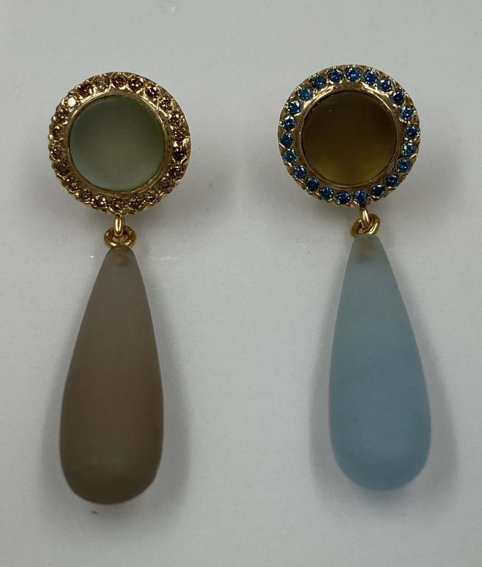 Akvamarin och Rökkvartsörhängen med blåa respektive bruna Diamanter.