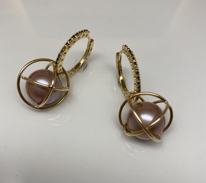 Guldcreoler med svarta diamanter samt pärlburar av guld med odlad naturfärgad sötvattenpärla.