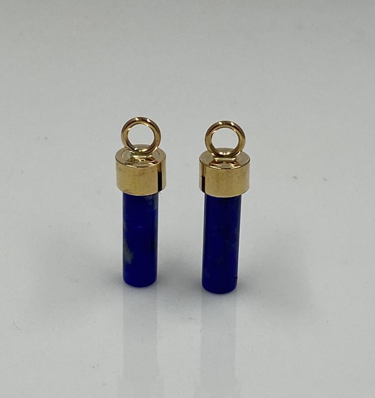 Hängen av rött guld och lapis lazuli.