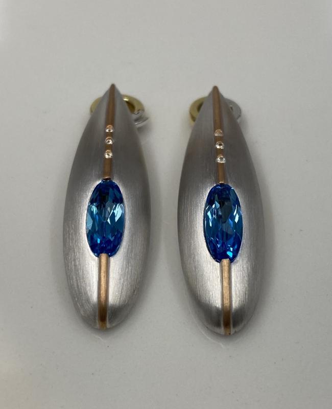 Hängen av silver och roséguld med blå Topaz.