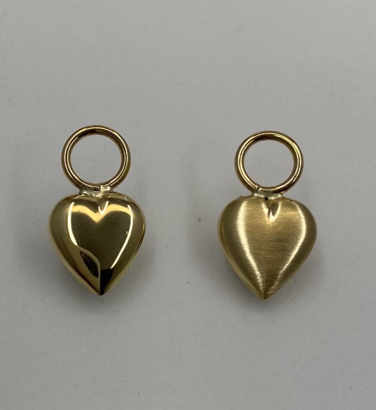 Hjärtan av rött guld. En sida är blank och den andra matt.