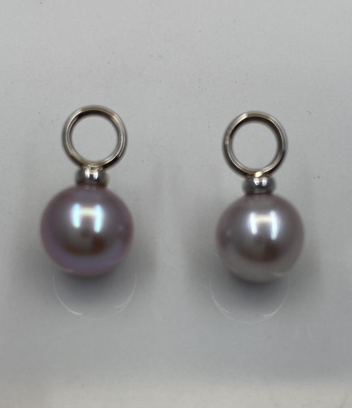 Blekrosa pärlor med vitguldsfäste