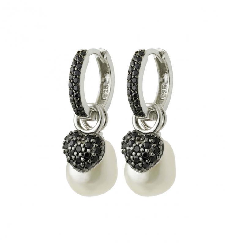 Silvercreoler med svarta safirer, odlad sötvattenpärla, hjärtan i silver med svarta safirer.