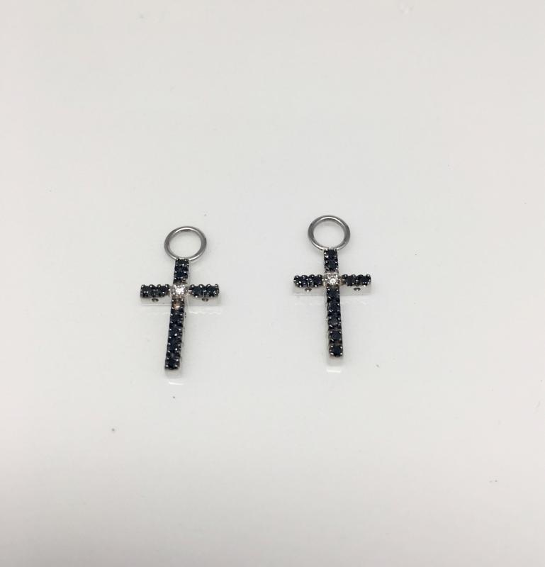 Kors i vitt guld med svarta och vita diamaner 0,17ct