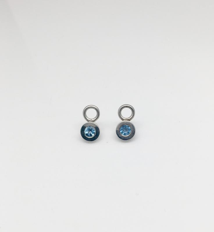 Plattor i silver med blå topas