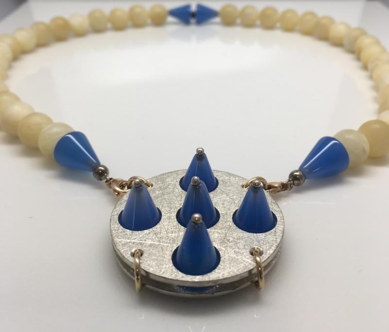 Halsband av calcit, blå agat, silver och guld.