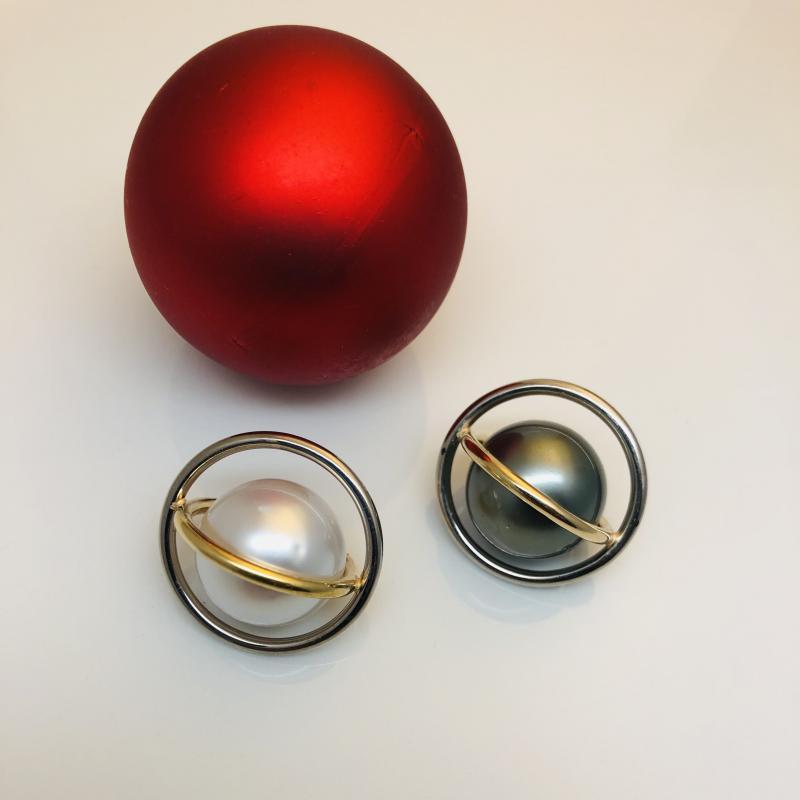 """Pärlor i """"bur"""". Pärlornas storlek 20mm. Många varianter går att göra......"""