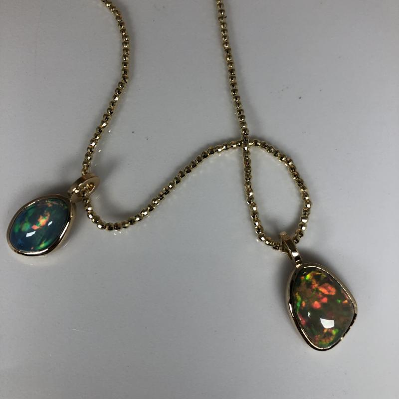 Hängen av etiopisk opal. Silver och guld.