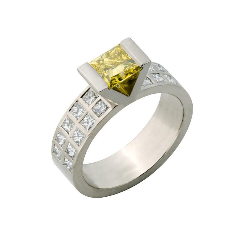 Ring i vitguld med gul diamant
