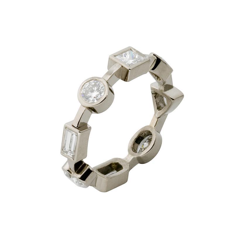 Vitguldsring med oliktformade diamanter